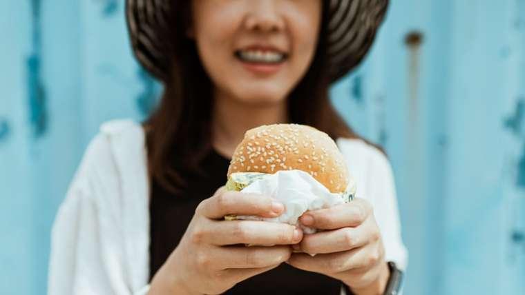 Foamea fizica versus foamea emotionala – cum le deosebim
